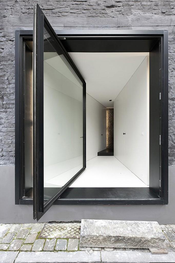 puerta en negro